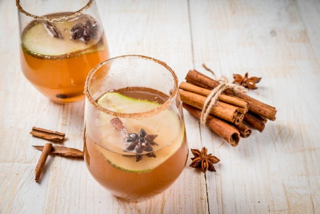 Boissons d'automne. vin chaud. cocktail épicé d'automne traditionnel avec poire, cidre et sirop de chocolat Photo Premium