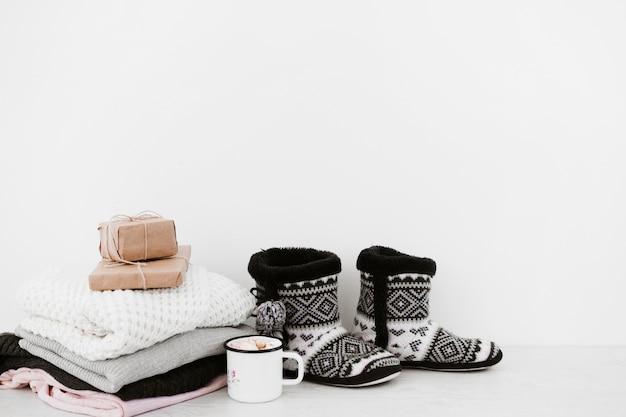 Boissons chaudes et cadeaux près des vêtements chauds Photo gratuit