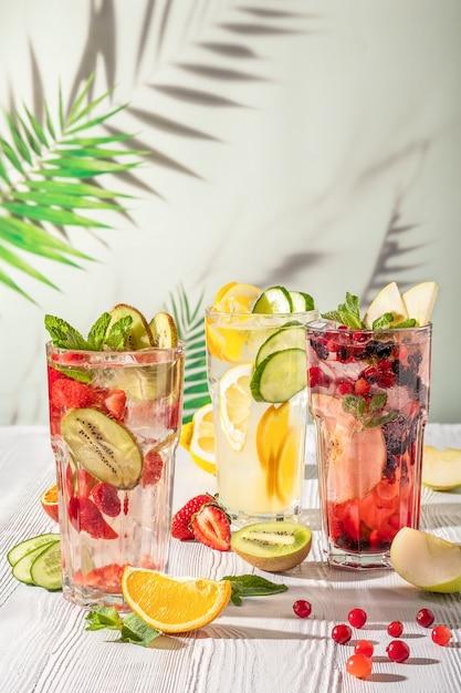 Boissons à la limonade de fruits d'été froids, eau infusée rafraîchissante. boissons d'été avec de la glace. Photo Premium