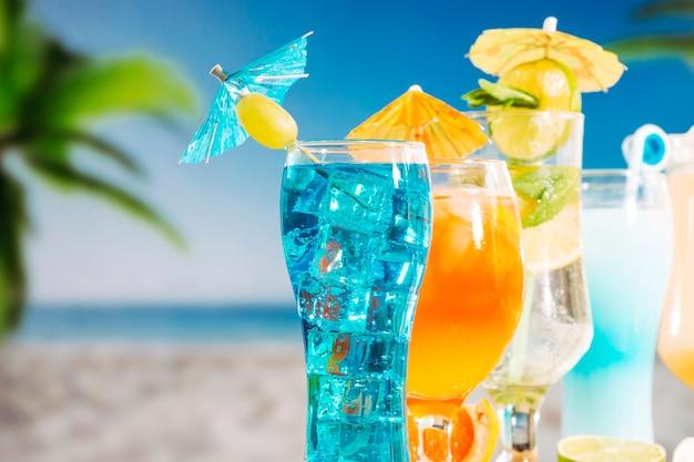 Boissons orange bleu avec tranches de citron vert menthe dans des verres Photo gratuit