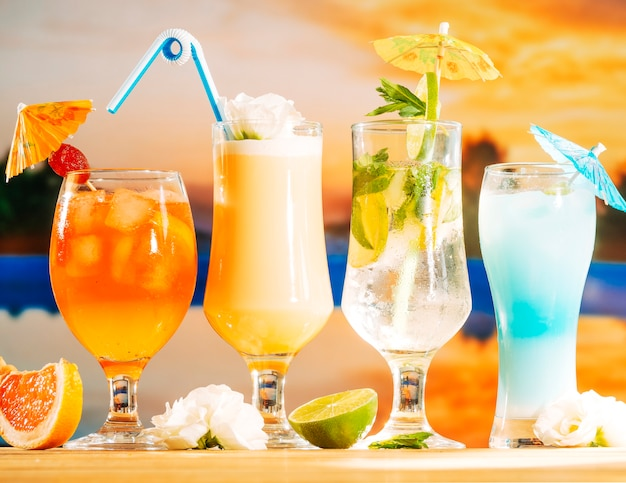 Boissons Orange Jaune Et Bleu Vives Et Fleur De Pamplemousse Citron Vert En Tranches Photo Premium