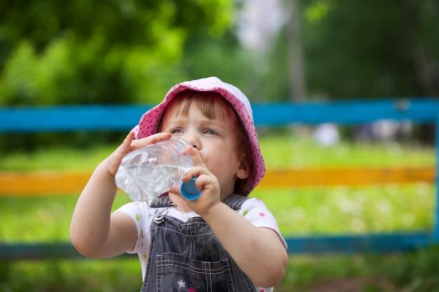 Boissons Pour Enfants De La Bouteille Photo gratuit