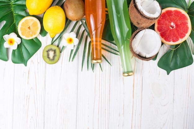 Boissons rafraîchissantes parmi les fruits tropicaux mûrs et brillants Photo gratuit