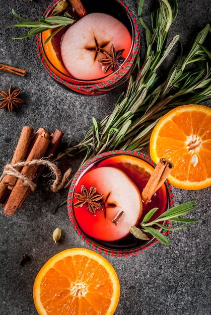 Boissons Traditionnelles D'hiver Et D'automne. Cocktails De Noël Et De Thanksgiving. Vin Chaud à L'orange, Pomme, Rosemar Photo Premium