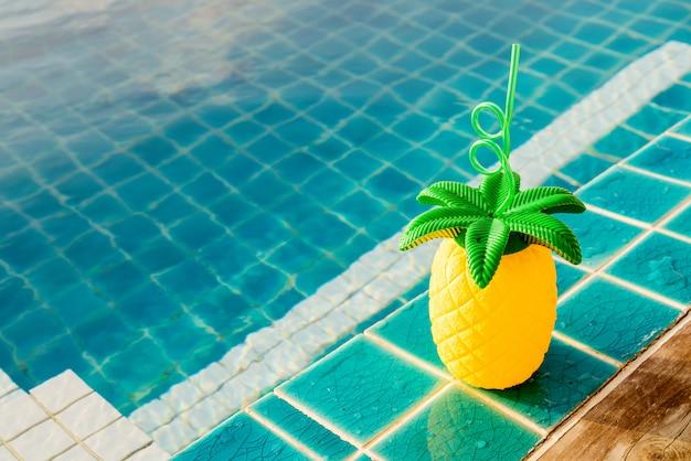 Boissons Tropicales D'été Au Bord De La Piscine Photo Premium