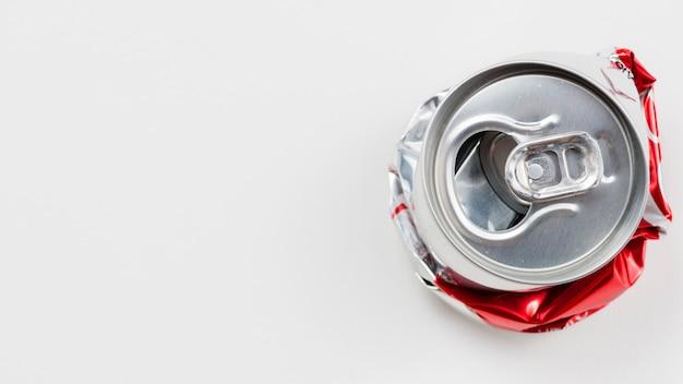 Boîte en aluminium aplatie placée sur un fond gris Photo gratuit