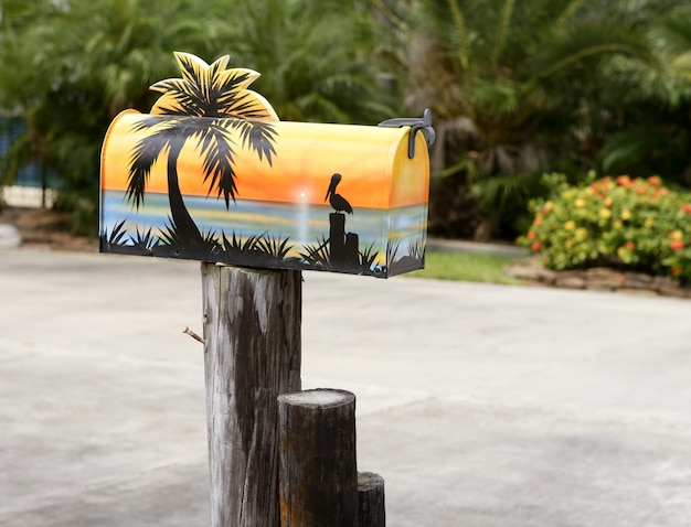 Boîte Aux Lettres Artistique Amusante Avec De La Peinture De Mer Tropicale Photo Premium