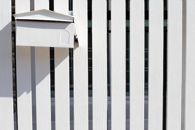 Boîte Aux Lettres En Clôture En Bois Blanc Photo Premium