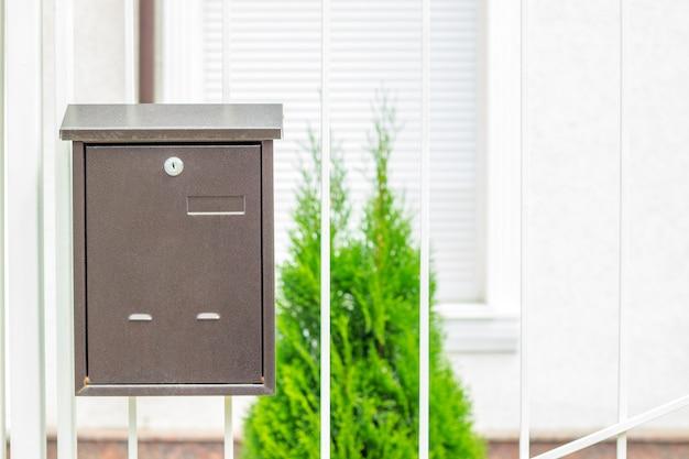 Boîte aux lettres sur les vieilles portes en fer classiques. boîte aux lettres traditionnelle en métal Photo Premium