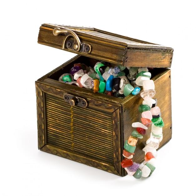 Boîte en bois avec des perles de mode isolés sur fond blanc Photo Premium