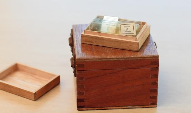 Boîte de braun avec des ustensiles de médecine Photo Premium