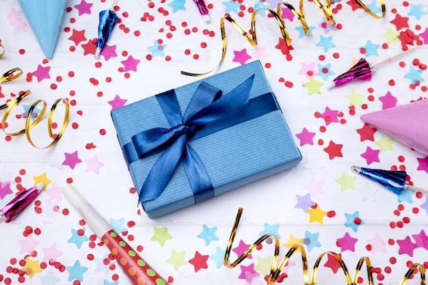 Boîte Cadeau D'anniversaire Vue De Dessus Photo gratuit