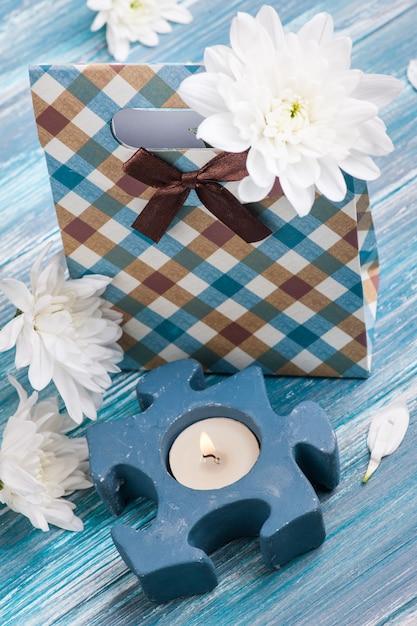Boîte cadeau artisanale avec une bougie allumée Photo Premium