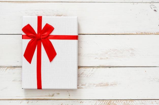 Boîte Cadeau Blanche Sur L'espace De Copie En Bois Blanc Photo Premium