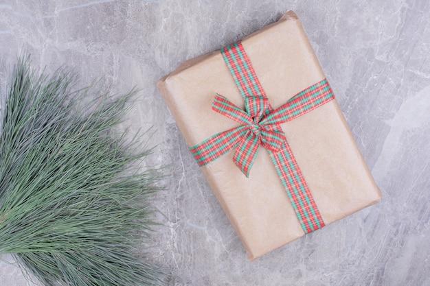 Une Boîte-cadeau En Carton Avec Un Ruban De Style Noël Dessus. Photo gratuit