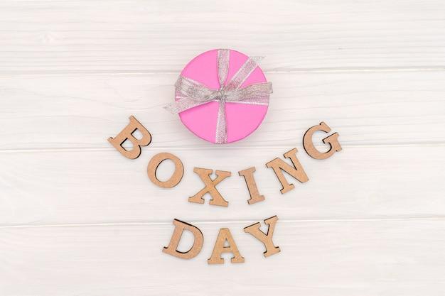 La Boîte Cadeau Ci-dessus Est Attachée Avec Un Ruban Avec Des Mots Boxing Day Sur Bois Blanc Photo Premium