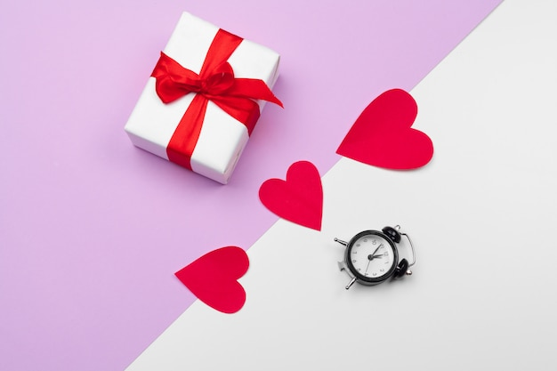 Boîte-cadeau et coeurs en papier avec espace de copie, composition pour la saint-valentin Photo Premium
