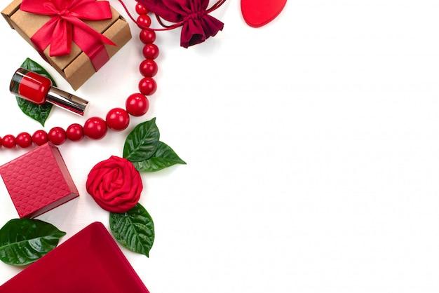 Boîte cadeau emballage accessoires cosmétiques fond blanc Photo Premium