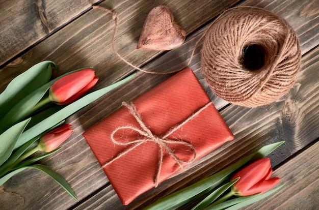 Boîte Cadeau Emballée, Cordon Et Cœur Décoratif Sur Table En Bois Photo Premium