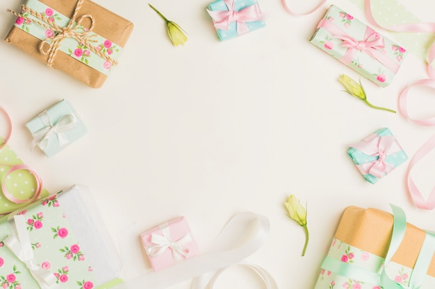 Boîte cadeau enveloppé floral avec fleur jaune et ruban sur fond blanc Photo gratuit