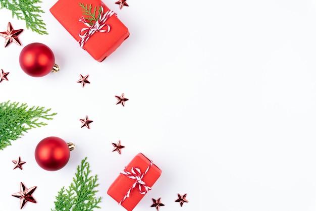 Boîte de cadeau de noël avec des branches d'épinette, pommes de pin sur fond blanc. Photo Premium