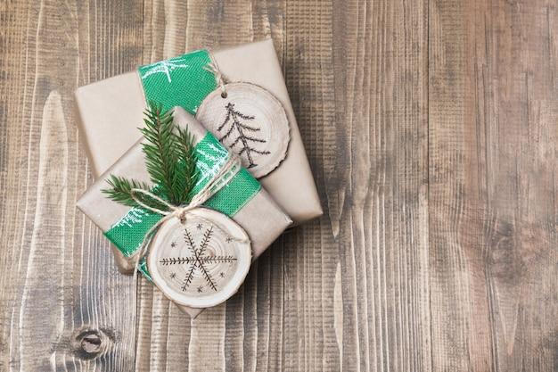Boîte de cadeau de noël dans un style rustique avec un décor de tranches de bois. Photo Premium