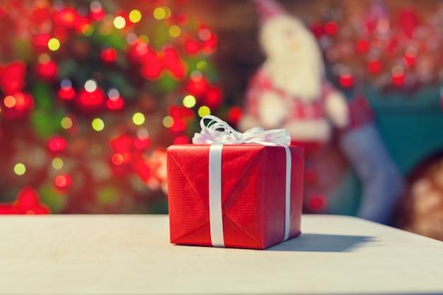 Boîte de cadeau de noël sur tablette Photo Premium