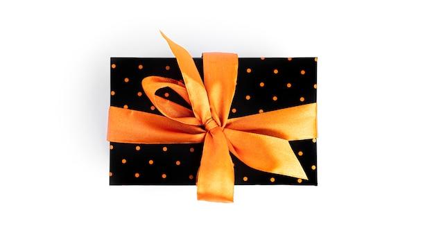 Boîte Cadeau Noire Avec Ruban D'or Isolé Sur Surface Blanche Photo Premium
