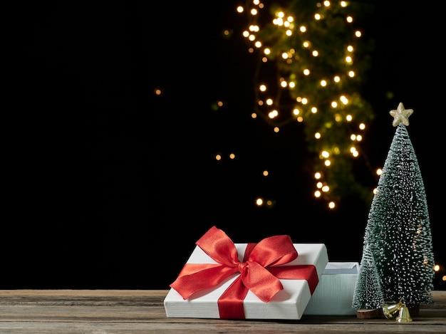 Boîte-cadeau Ouvert Vide De Noël Sur Table En Bois Contre Les Lumières Floues, Espace Pour Le Texte Photo Premium