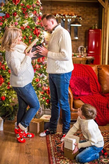 Boîte-cadeau D'ouverture De Famille Heureuse Photo Premium