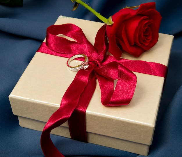 Boite cadeau et rose rouge Photo Premium