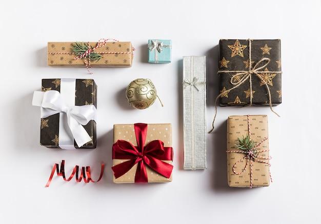Boîte de cadeau de vacances de noël nouvel an sur blanc Photo gratuit