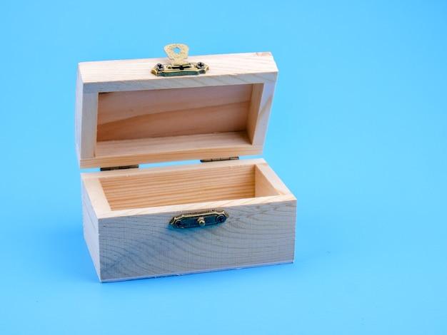 Boîte carrée en bois vide sur fond bleu Photo Premium