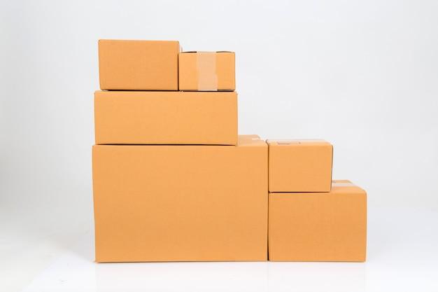 Boîte en carton isolé sur blanc Photo Premium