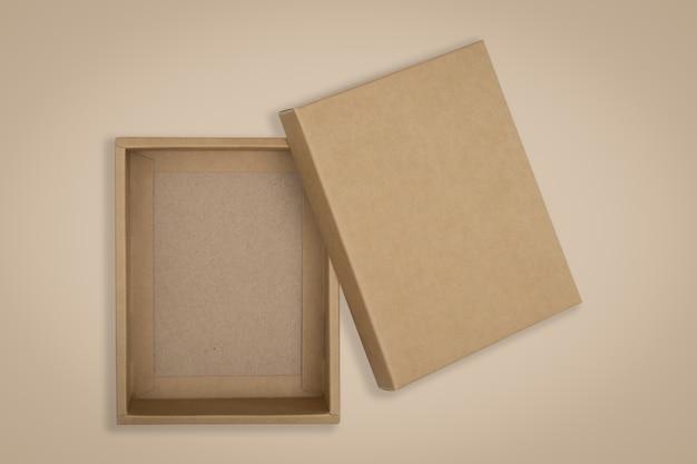 Boîte en carton ouverte sur fond marron Photo Premium