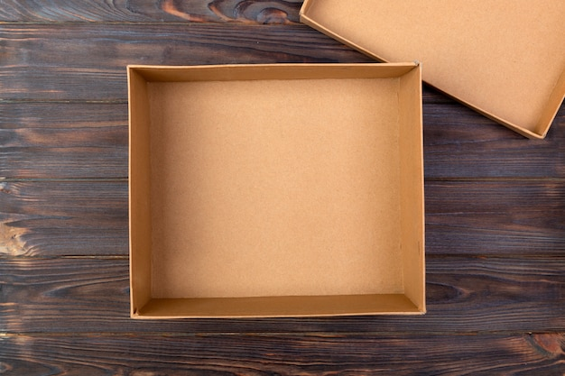 Boîte de carton vierge brune ouverte Photo Premium