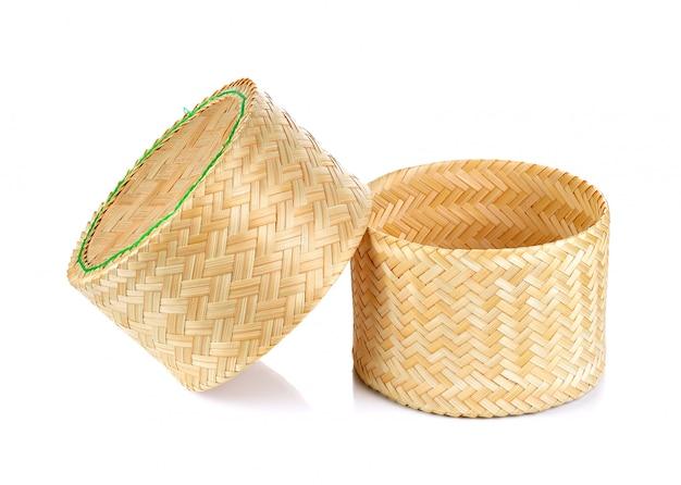 Boîte collante de riz tissage de bambou sur fond blanc isolé Photo Premium