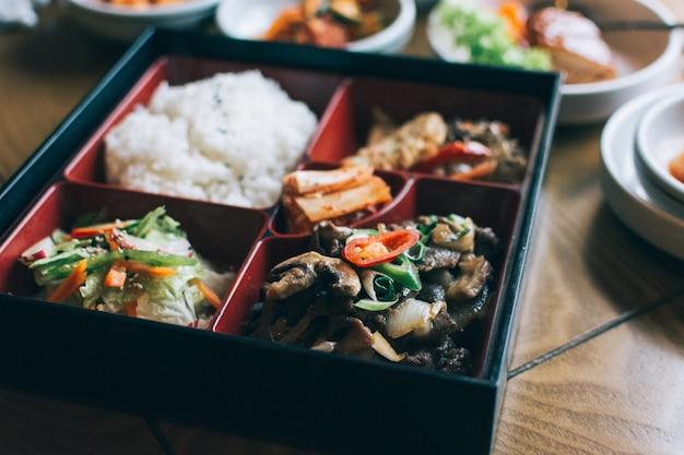 Boîte à emporter avec une variété de plats coréens Photo gratuit