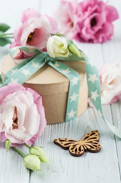 Boîte de fleurs et cadeaux eustoma avec ruban étoile vert Photo Premium