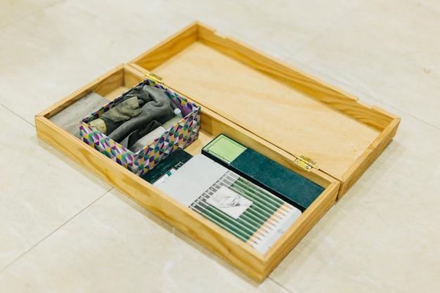 Boîte avec des fournitures de dessin Photo gratuit