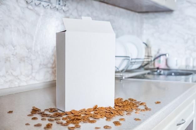 Boîte Générique De Céréales Sur La Table De La Cuisine. Paquet Blanc De Petit Déjeuner Prêt à La Maison Photo Premium