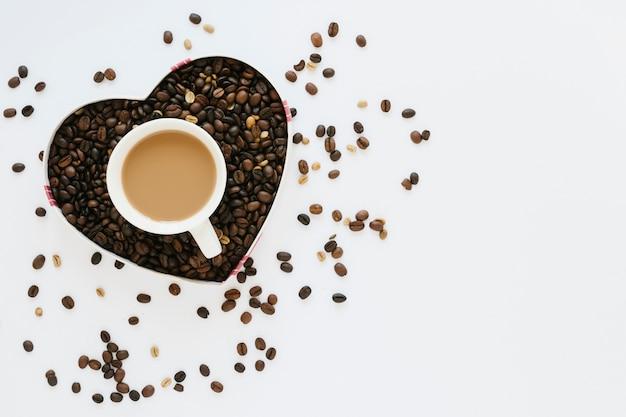 Boîte de grains de café avec une tasse de café Photo gratuit