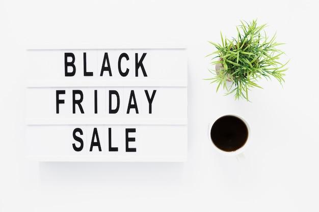 Boîte à lumière plate vendredi noire avec plante Photo gratuit