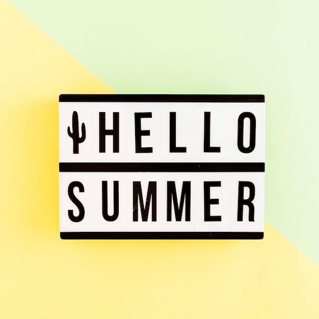 Boîte à lumière avec texte d'été sur fond coloré Photo gratuit