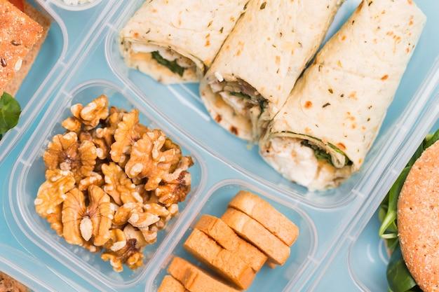 Boîte à Lunch Gros Plan Avec Enveloppements Photo gratuit