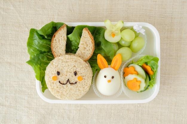 Boîte à lunch de pâques lapin, art culinaire amusant pour les enfants Photo Premium