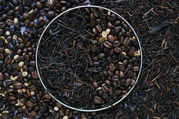Boîte en métal avec des feuilles de thé séchées et des grains de café Photo gratuit