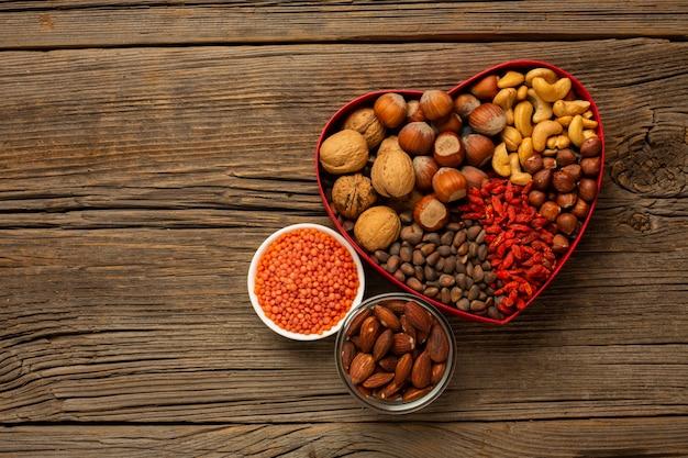 Boîte de noix et d'épices sur une table en bois Photo gratuit