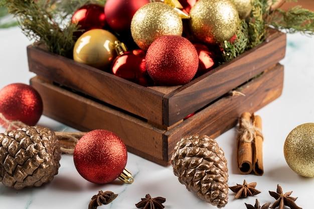 Une Boîte D'ornements D'arbre De Noël Rouge Et Doré Sur La Table. Photo gratuit