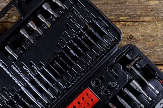 Boîte à outils noir carré toolset sur fond de texture en bois. vue de dessus Photo Premium